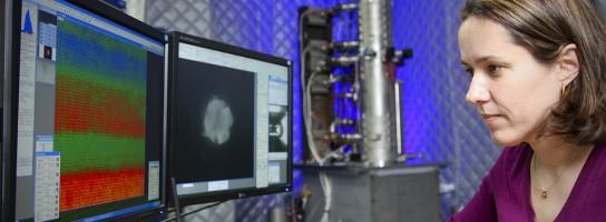 Forskare som arbetar med Nion UltraSTEM 100