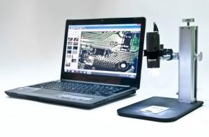 Ett Dino-Lite USB-mikroskop hålls upp med stativ för stadig högförstoringsanalys.