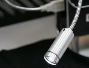 Med hjälp av en lampa kan man alltid uppnå rätt ljus för USB-mikroskopet.